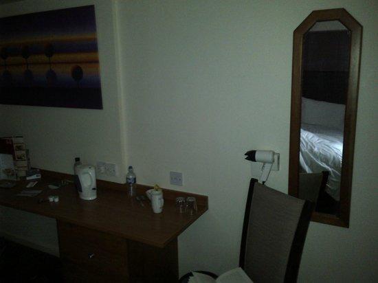 Premier Inn Knutsford (Bucklow Hill) Hotel: no light above mirror - electric socket too far away for straightners