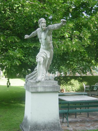 Hotel Schloss Leopoldskron: Statue in the garden