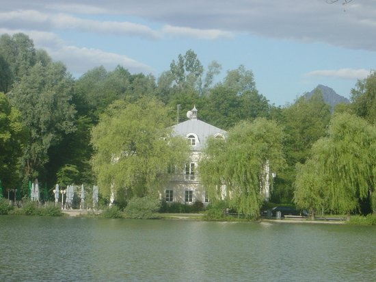 Hotel Schloss Leopoldskron: View from our side of the lake.
