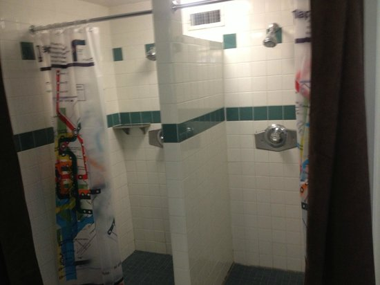 HI Washington DC Hostel: Showers