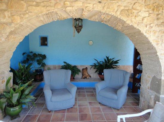 Can Gat Vell: Offne Lounge neben Eingang Haupthaus