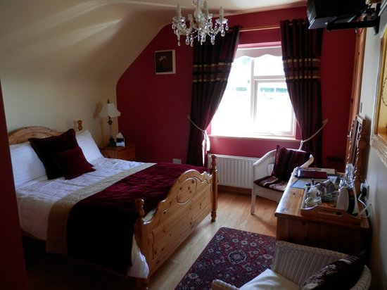 Gort Na Mona B & B: Comfy bed in beautiful room