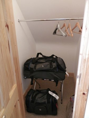 Gort Na Mona B & B: Large closet to store things out of the way