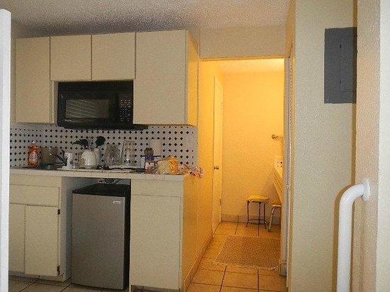 Flamboyan on the Bay Resort & Villas: Kitchenette, hallway to double sink vanity and bathroom