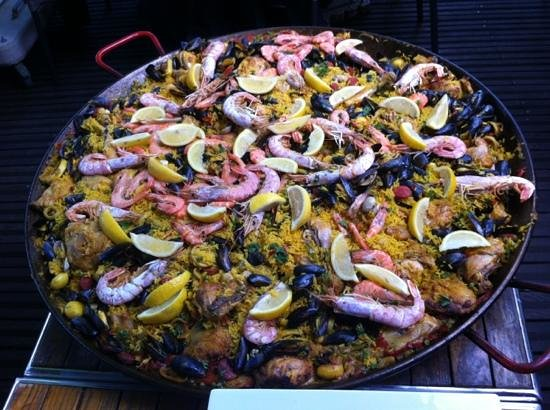 Le Parana : a huge paella for 16!
