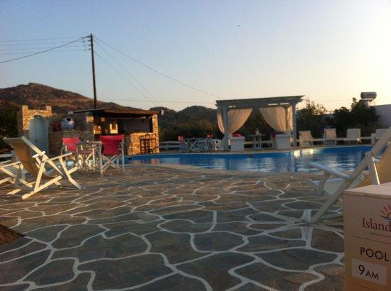 Island House Hotel Studios Apartments : l'espace piscine