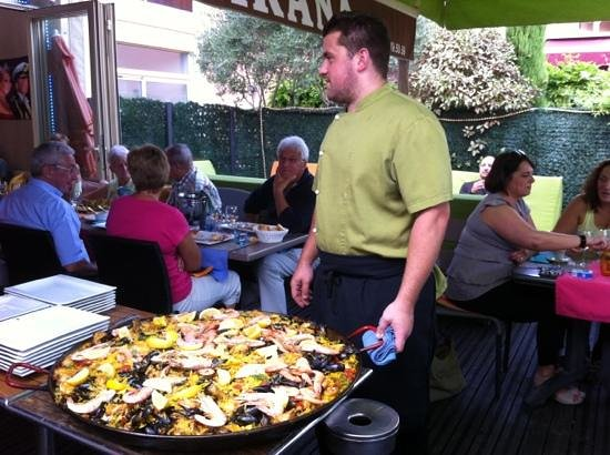 Le Parana : The chef and his paella for 16!