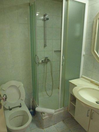 Hotel Odisej Mljet : SDB : la minuscule cabine douche pour cosmonautes