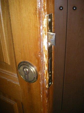 Prestige Bay Hotel : porte de la chambre forcée?