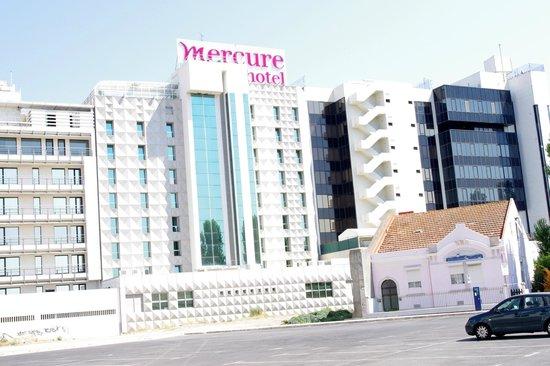 Mercure Lisboa: Achterkant hotel (let op het glas in de liftschacht...)