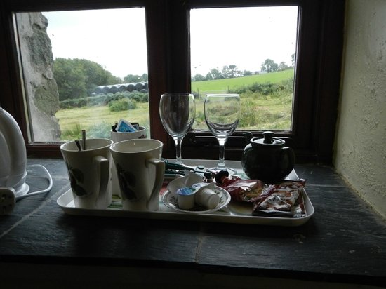 Tyddyn Iolyn Farmhouse : Tea/coffee platter in our window sill