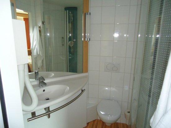 ibis Basel Bahnhof : Clean bathroom