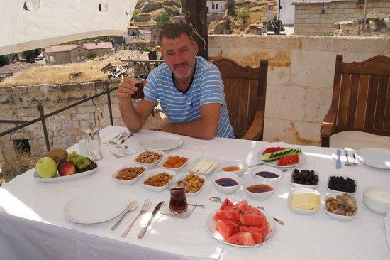 Perimasali Cave Hotel - Cappadocia : turkish breakfast on the hotel terrace