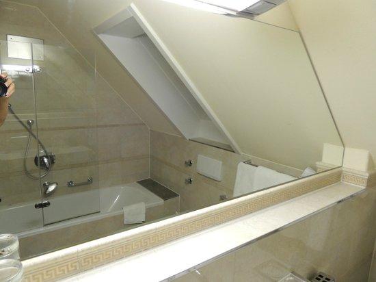 Hotel Astoria am Urachplatz: Vista parcial do banheiro