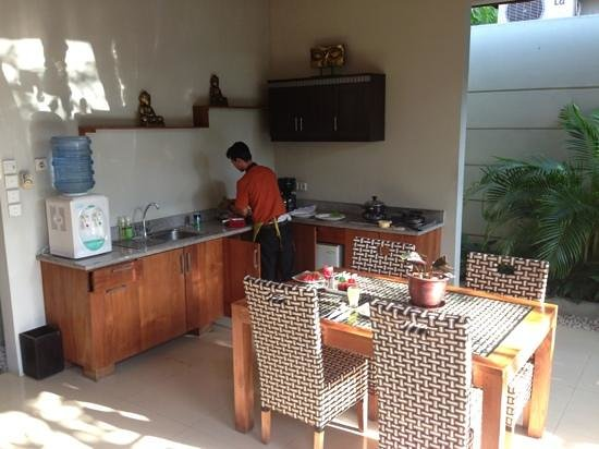 Grand Akhyati Villas and Spa: Butler preparing breakfast