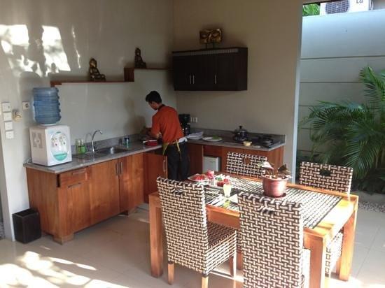 Grand Akhyati Villas and Spa: Butler preparing breakfast