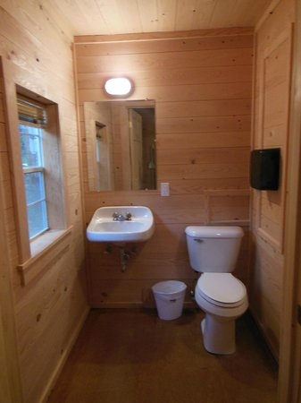 Hadley's Point Campground: Nice bathroom, complete with shower