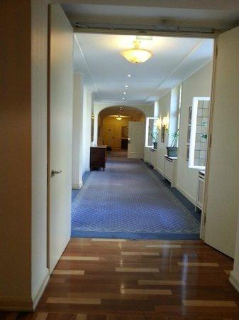 Hotel Nassauer Hof: way to room