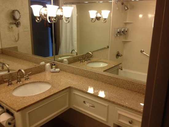Four Points By Sheraton French Quarter: Jr Suite Bathroom