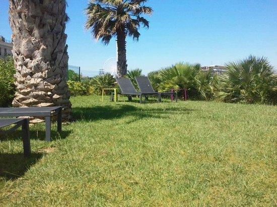 Golden Tulip Villa Massalia: jardin de la piscine