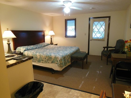 D'Allaire's Motel and Cottages: another view of the room
