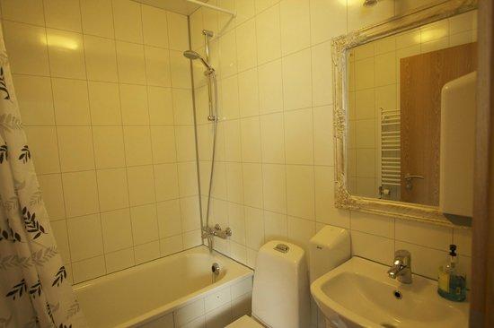 Husavik Cape Hotel: New and clean bathroom
