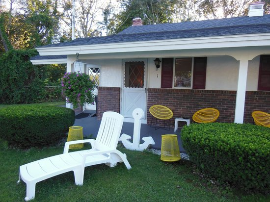D'Allaire's Motel and Cottages: loved the front porch