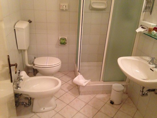 Il bagno della stanza degli anni davvero indecente per un