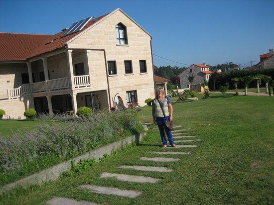 Enoturismo Lagar de Costa: Exterior de la casa con el jardin