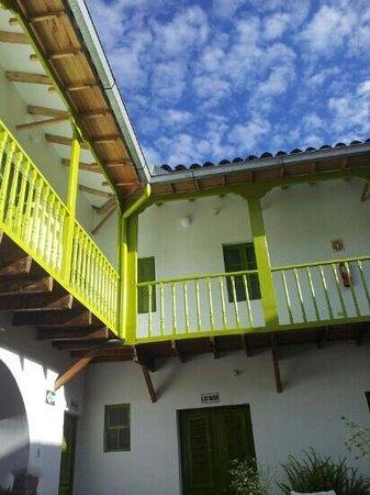 Ninos Hotel: El patio en la mañana