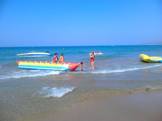 Stefania Apartments: water sports on beach