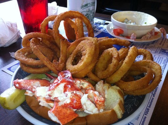 Grammy's Country Inn: Lobster Roll with Onion Rings
