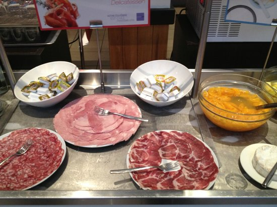 Novotel Caen Cote de Nacre: Food at breakfast buffet