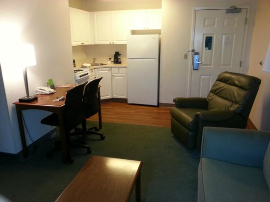 Extended Stay America - Orlando - Convention Center - Sports Complex: Efficiency kitchen and work area