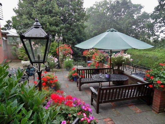 Quarterdeck Hotel: Garden behind hotel