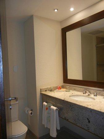 Quality Hotel Curitiba: Banheiro limpo e iluminado