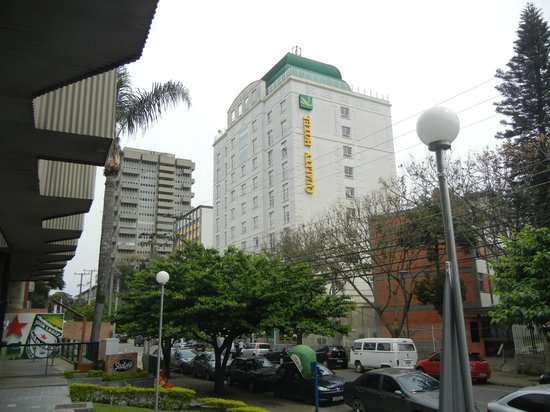 Quality Hotel Curitiba: Prédio novo e bem conservado