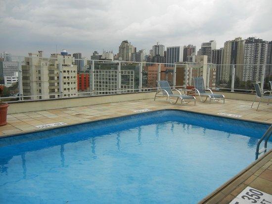 Quality Hotel Curitiba: Boa área de piscina c/ mesas,cadeiras e espreguiçadeiras novas