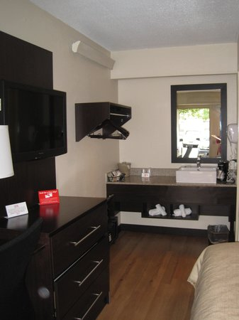 Red Roof PLUS+ Baltimore - Washington DC/BWI Airport: Vanity area