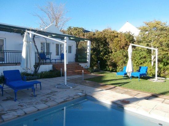 Majeka House: Varanda com acesso a piscina privativa
