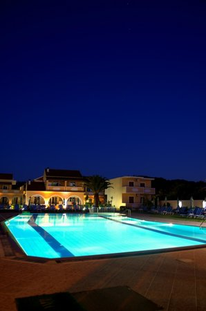 Tondoris Apartments & Studios: Night View - Apartments & Pool area