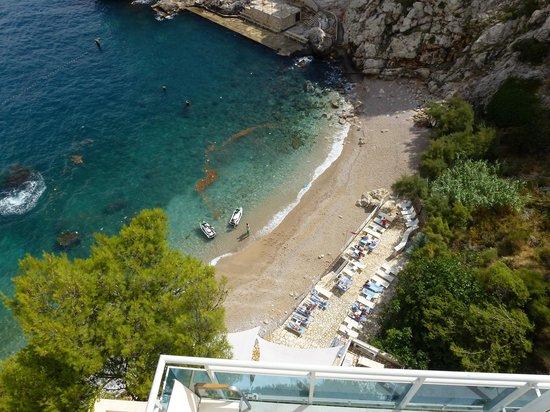 Hotel Bellevue Dubrovnik : La vue de la plage de notre chambre