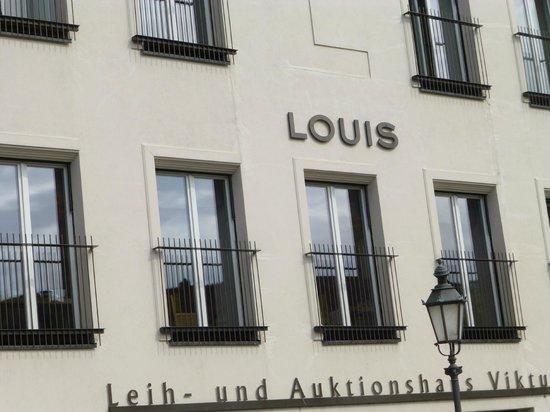 Louis Hotel : Unassuming Exterior