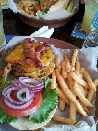 Players Sports Bar & Grille: Bacon Cheese Burger