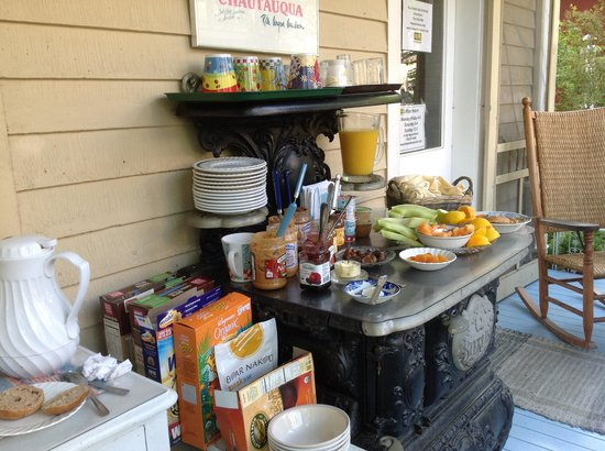 Englewood Guest House: Olivia's breakfast buffet!