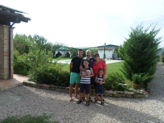Relais Antonella: la mia famiglia davanti alla piscina