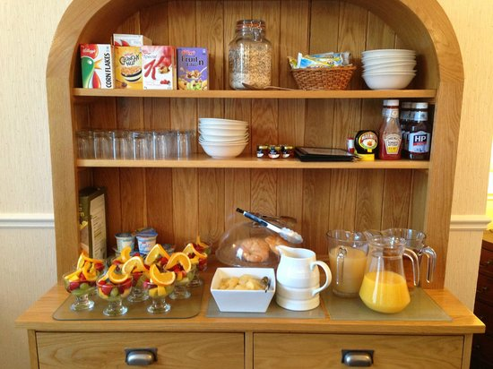Leeway Hotel: The self service dresser.  Toast and cooked breakfasts were brought to the table