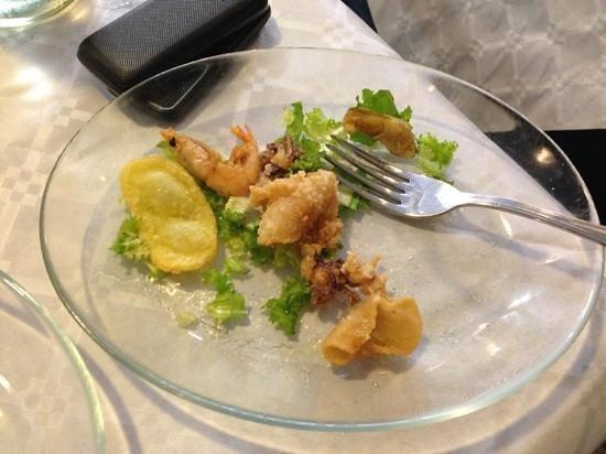 Trattoria Il Gabbiano: il piatto appena servito... addirittura cn una forchetta unta nel piatto
