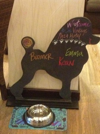 Kimpton Hotel Vintage Portland: Dogs are welcomed by name in the lobby