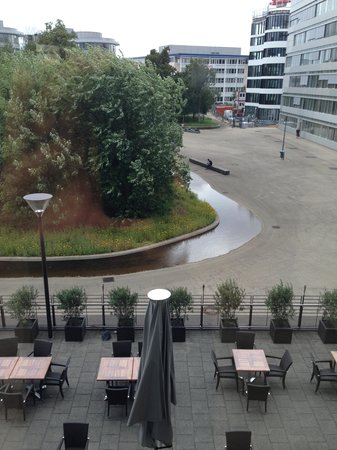 Maritim Hotel Duesseldorf : View outside of pool